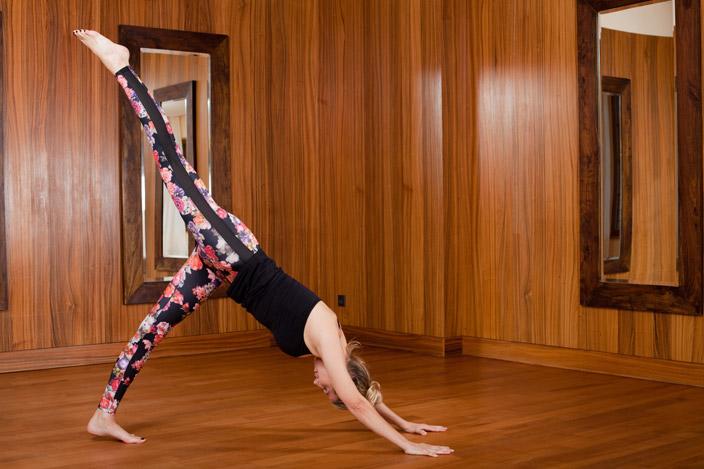 5. Adhomukha-Shvanasana-Variante mit einem Bein in der Luft