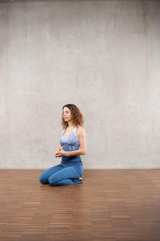 1. Vajrasana mit Yoni-Mudra (sitzende Meditation) (Bild 1)