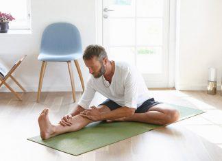 Mann praktiziert Yoga zuhause