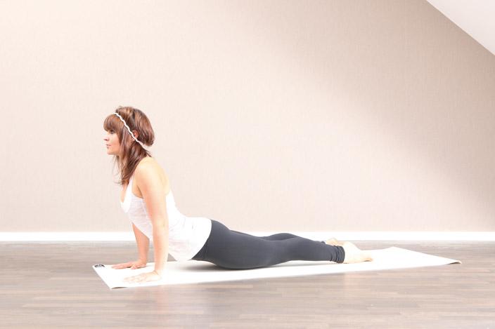 2) Für alle Übenden mit einer tendenziell eher steifen Brustwirbelsäule oder einer verstärkten Kyphose