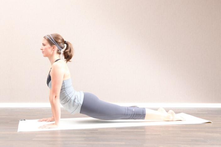 4) Um der Position Feinschliff zu geben, sollten die Oberarme nach außen drehen