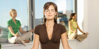 Frauen im Büro meditieren