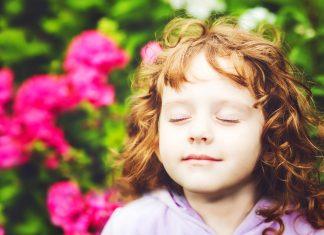 Mädchen atmet tief ein und aus
