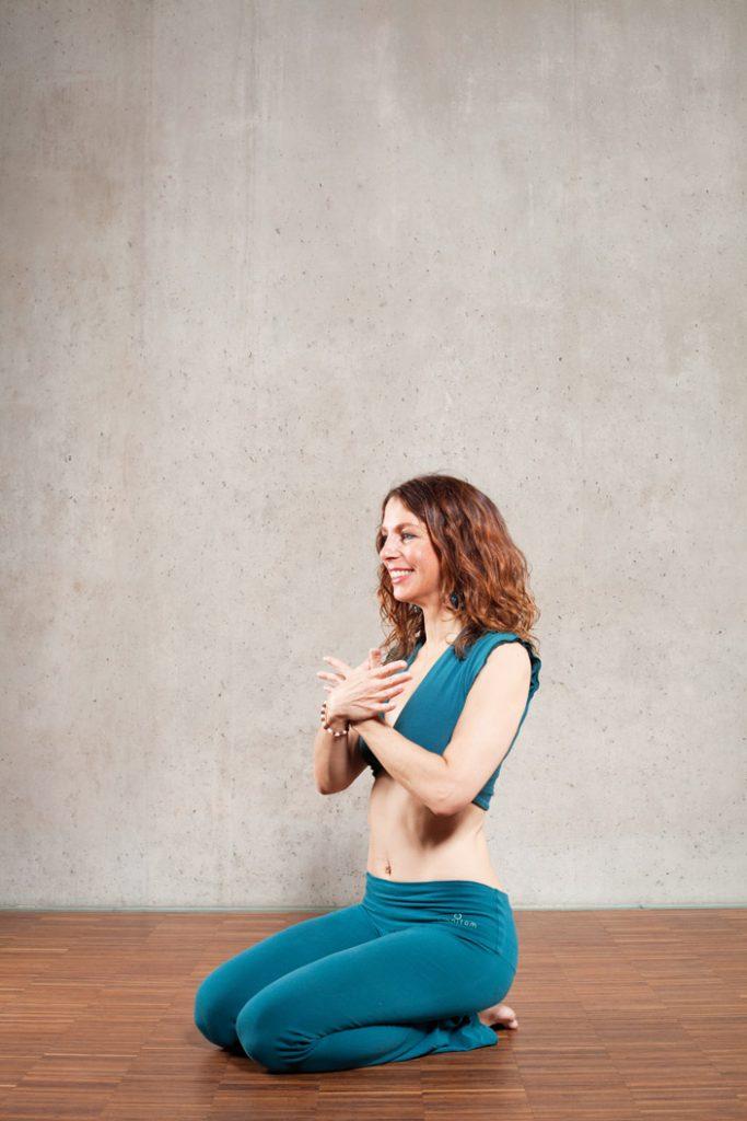 1. und 2. Vajrasana (Fersensitz) mit Garuda-Mudra (Mudra des Adlers), Stille und Bewegungsmeditation