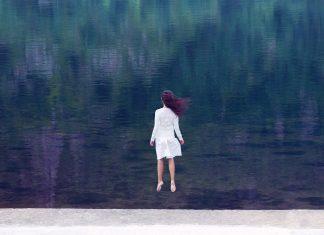 Frau springt in die Luft