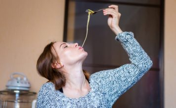Frau isst Spaghetti