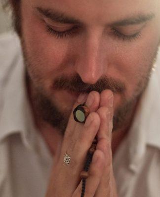 Mann betet