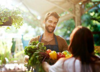 Mann und Frau auf dem Markt