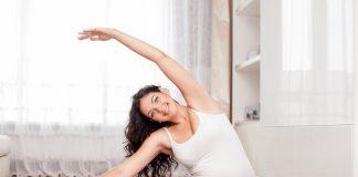 Schwangere Frau praktiziert Yoga