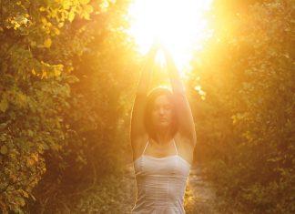 Frau in Yoga-Asana in der Sonne