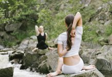 Frau und Mann machen Yoga im Wald
