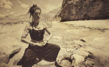 Frau in Yoga-Asana