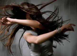 Frau tanzt