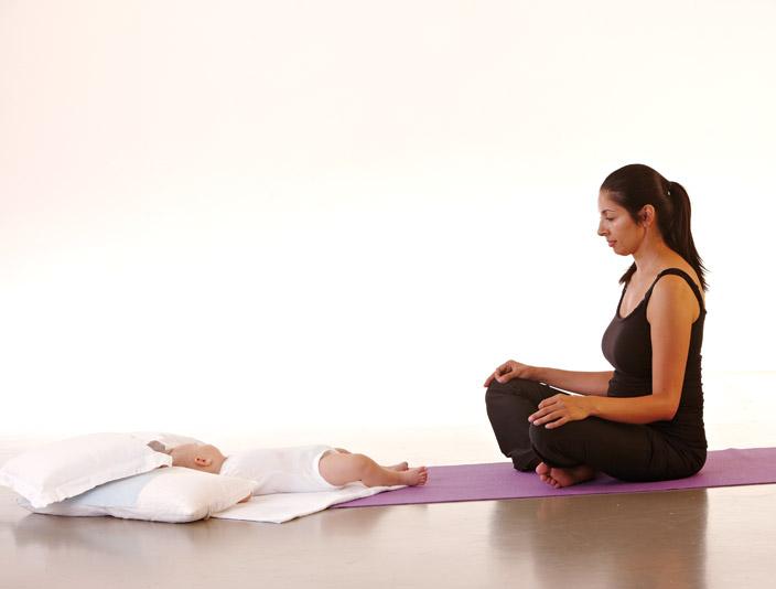 1) Sukhasana (einfache Haltung, Schneidersitz)