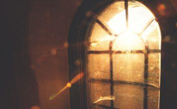 Licht scheint durch ein Fenster