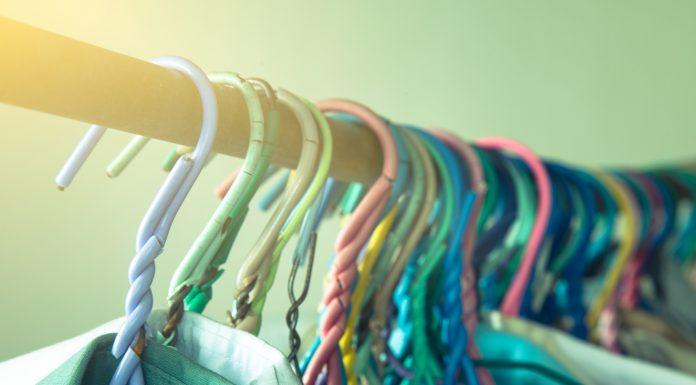 Kleiderhaken auf der Stange