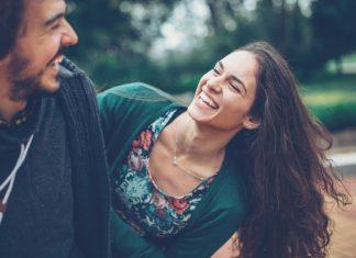 Paar lacht sich an