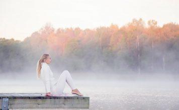Frau am See im Herbst