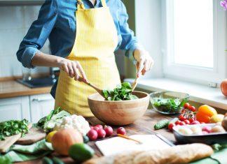 Frau bereitet Essen zu