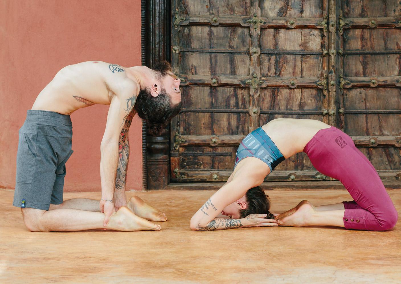 r ckbeugen mit liz und roland teil 2 ustrasana yoga aktuell. Black Bedroom Furniture Sets. Home Design Ideas