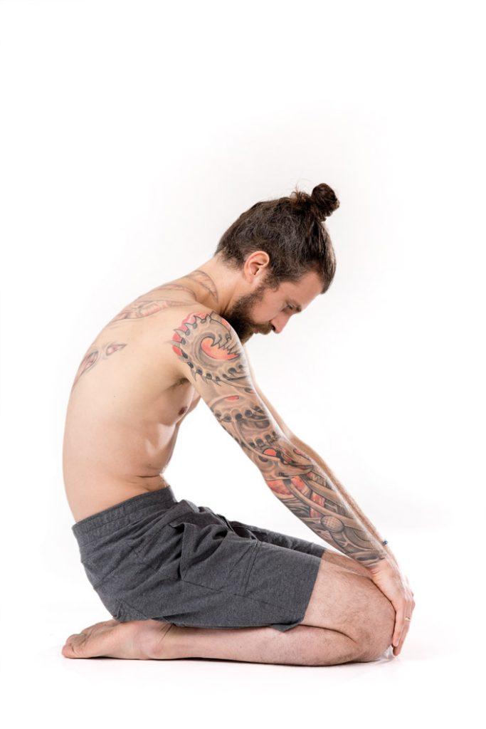 1b) Fersensitz – runder Rücken