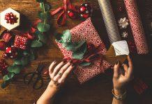 Frau verpackt Weihnachtsgeschenke