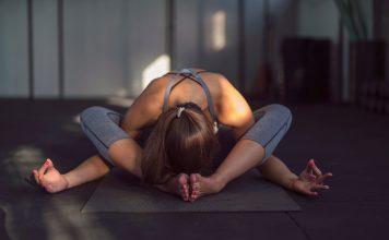 Frau macht Yoga
