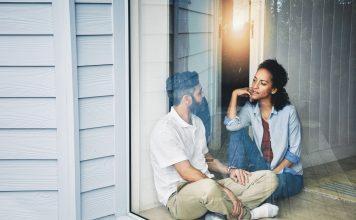 Frau und Mann unterhalten sich
