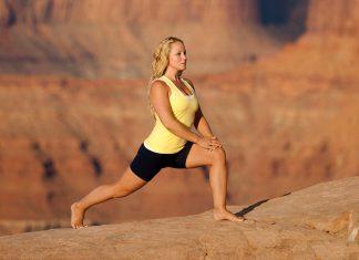 Frau in Yogahaltung in der Natur