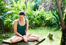 Junge Frau lacht beim Yoga