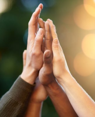 Hände von Menschen in der Luft