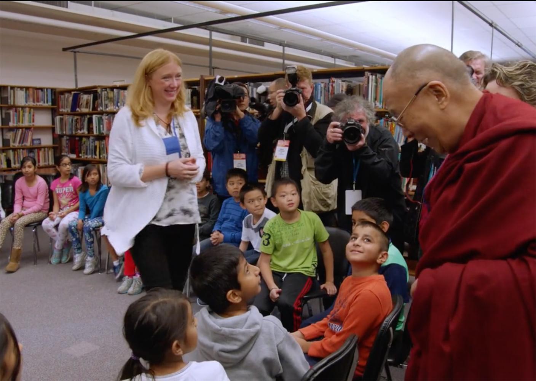 Der Dalai Lama besucht eine Schule