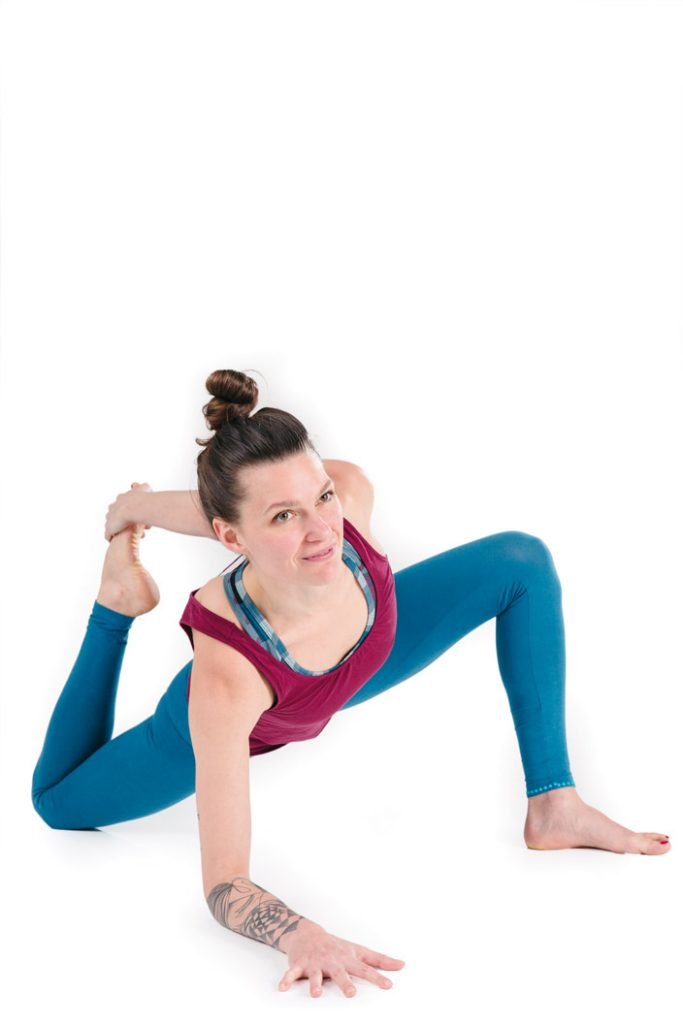 6) Anjaneyasana-Variation 3