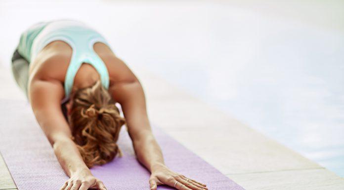 Frau übt Yoga
