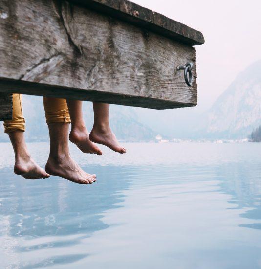 Vater und Sohn auf Brücke