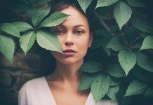 Frau zwischen Blättern