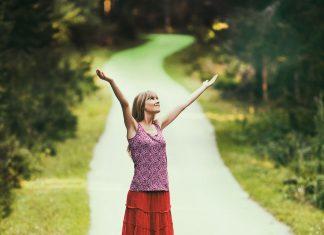 Junge Frau steht auf einem Weg