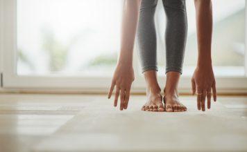 Frau in Vorbeuge beim Yoga