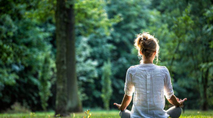 Frau meditiert in der Natur
