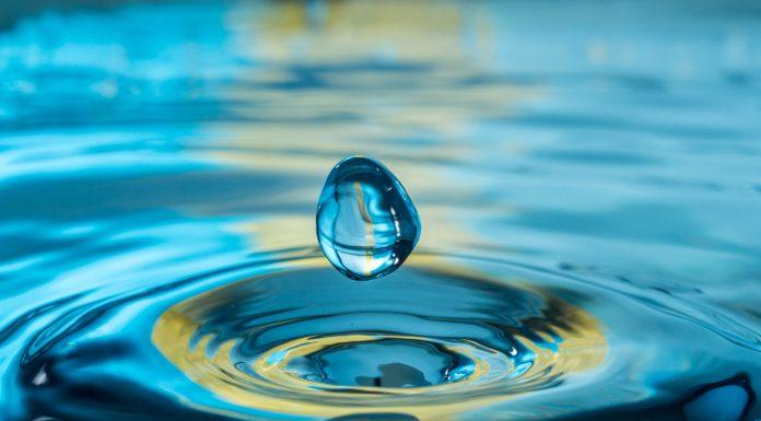 Wassertropfen erzeugt Schwingungen