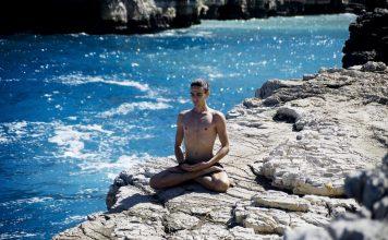Teo meditiert am Wasser